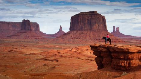Jinete mirando el Monument Valley