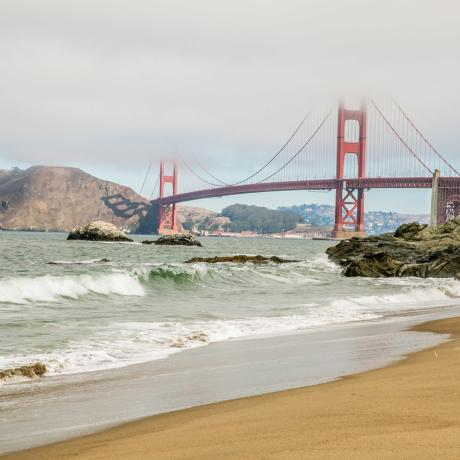Vistas del Golden Gate Bridge desde Baker Beach en San Francisco, California