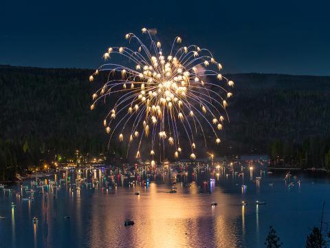 Explosión de fuegos artificiales sobre el pintoresco Bass Lake para el Día de la independencia