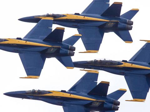 The Blue Angels se elevan a través del cielo en Duluth Air Show