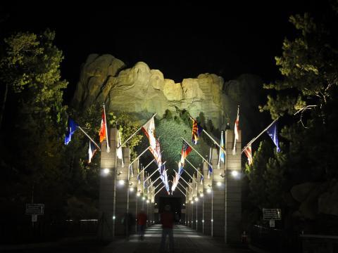 Iluminando las caras famosas en Mount Rushmore para una vista nocturna