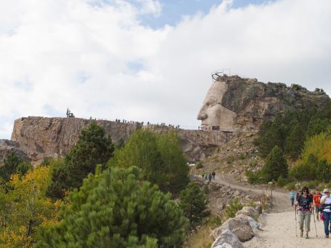 Una caminata de 10kilómetros por los bosques para ver el proceso en curso del tallado de la escultura Crazy Horse