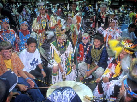 Celebrando las canciones y los bailes indígenas de las Grandes Llanuras a través de concursos en Black Hills Powwow