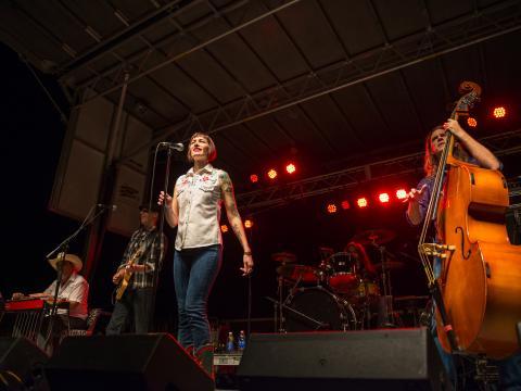 En el escenario del festival gratuito de música Best of the Bayou