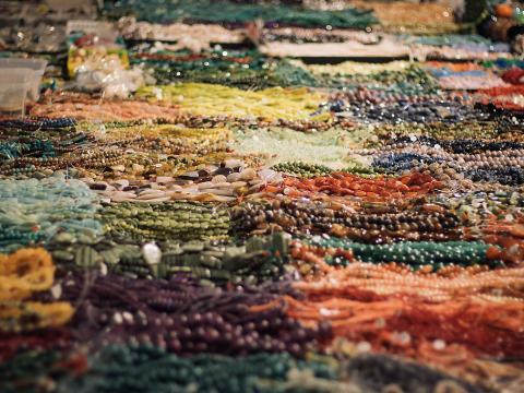 Colorida exhibición en Tucson Gem, Mineral & Fossil Showcase