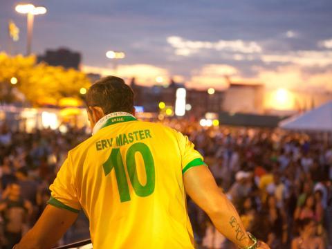 Mirando al público reunido para Brazilian Day