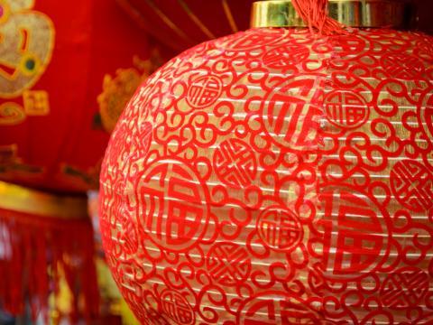Linternas rojas festivas en el Año Nuevo Chino de South Coast Plaza
