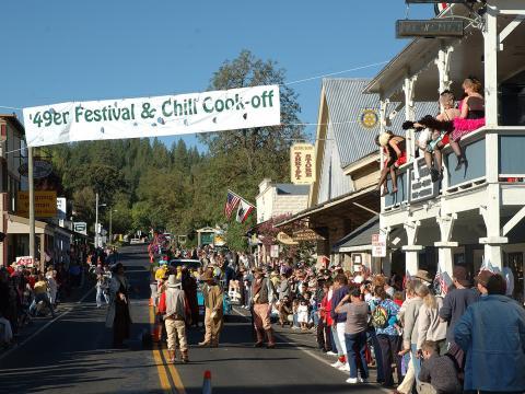Un gran día de diversión con desfile, música, duelos al estilo del Viejo Oeste, vendedores y hasta un concurso de talla en madera con motosierra en Groveland