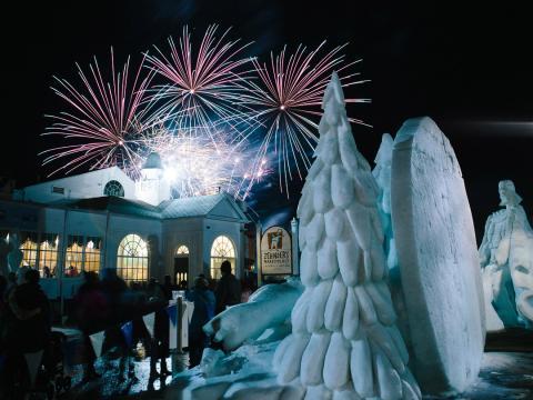 Esculturas y fuegos artificiales en Snowfest