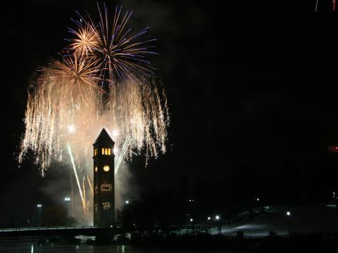 El centro de Spokane se ilumina con los fuegos artificiales durante First Night Spokane, la víspera de Año Nuevo