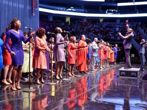 Cantando con entusiasmo en McDonald's Gospelfest
