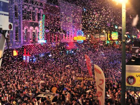 Beale Street estalla con algarabía en la víspera de Año Nuevo