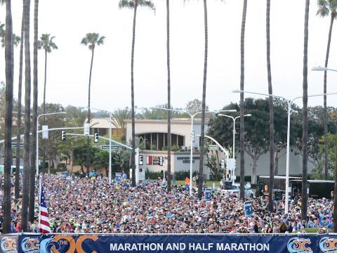 Los corredores listos para la partida en la Orange County Marathon