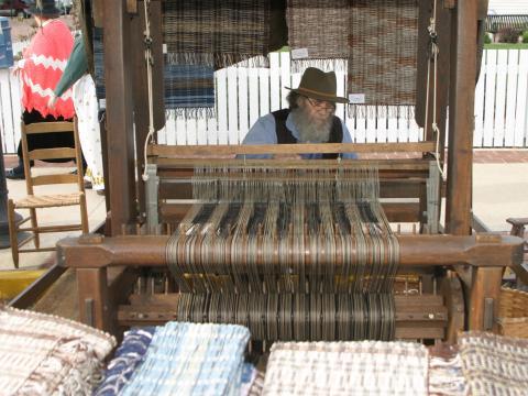Trabajando el telar en Folklife Festival