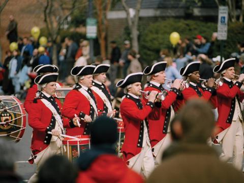 Flautines y tambores en el desfile durante el weekend de George Washington's Birthday Celebration