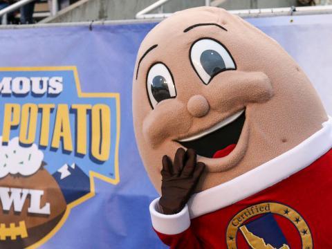 La mascota del juego de fútbol americano universitario Famous Idaho Potato Bowl en Boise