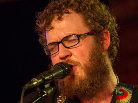 Un músico actúa para el público del Treefort Music Festival en Boise