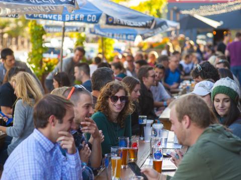 Disfrutando unas cervezas en el patio al aire libre de Denver Beer Co.