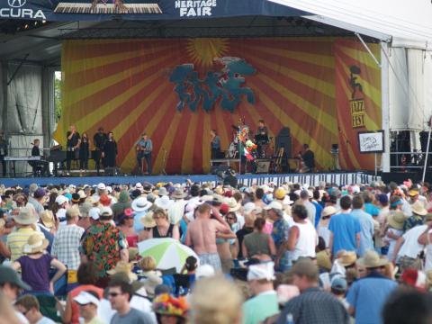 Público reuniéndose para oír una presentación en vivo en New Orleans Jazz and Heritage Festival