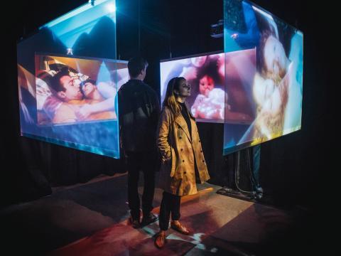 Observando una experiencia de película multimedia en Tribeca Film Festival
