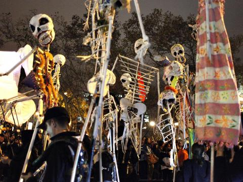 Esqueletos bailando en Village Halloween Parade
