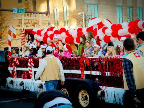 Una balsa festiva en Big Jingle Jubilee Holiday Parade