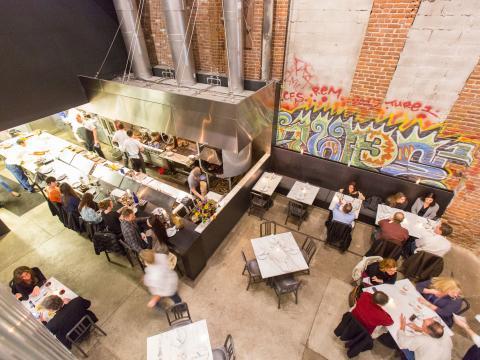 Vista aérea de unos restaurantes en Acorn