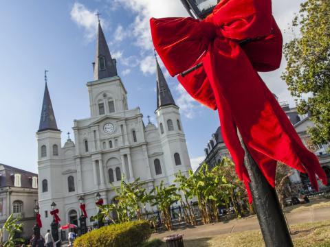 St. Louis Cathedral y Jackson Square adornadas con arcos para los días festivos