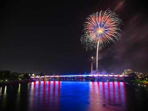 Las luces que representan la bandera de EE.UU. de Pops on the River