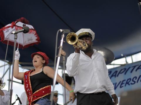 Una banda de música tocando en Satchmo Summerfest