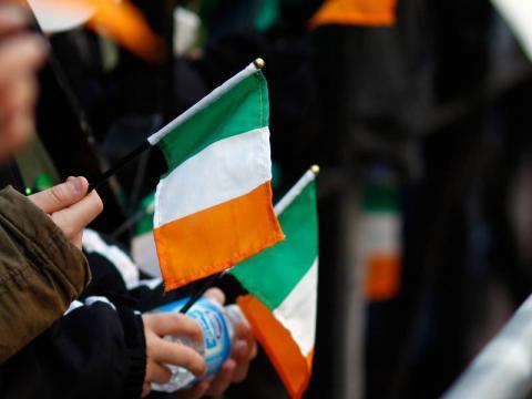 Agitando las banderas de Irlanda durante las Celebraciones del Día de San Patricio en la Ciudad de Nueva York