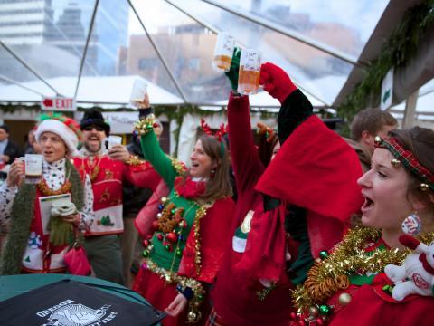 Brindando en atuendos con temática festivas en Portland's Holiday Ale Festival