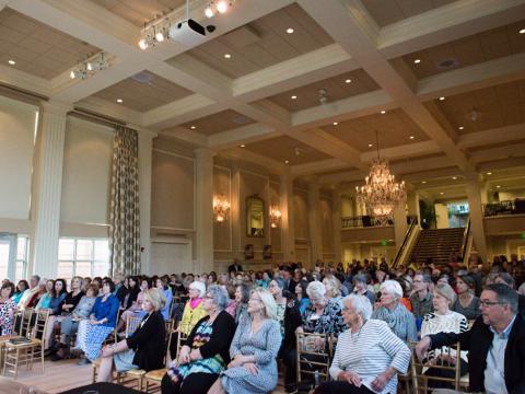 Asistiendo a un festival literario en Arkansas Governor's Mansion