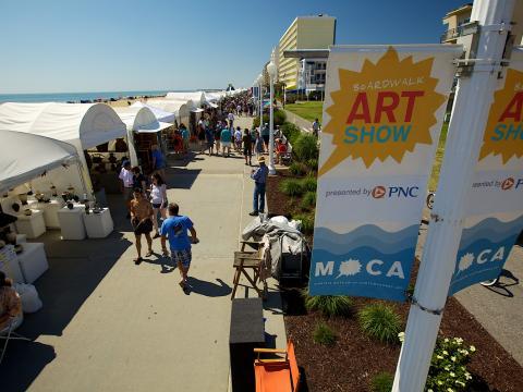 Un paseo por el Boardwalk Art Show, un festival de las artes frente al mar, en un día despejado