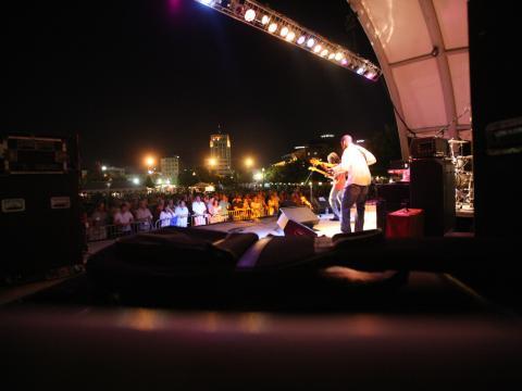 Tocando para el público en Kalamazoo Blues Festival