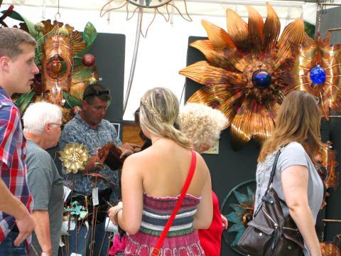 Paseando por los puestos de arte en June Jubilee
