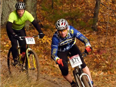Ciclistas de montaña que compiten en el reto Iceman Cometh Challenge en Traverse City