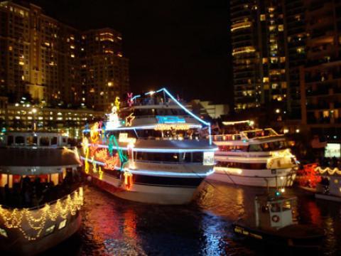 Uno de los tantos botes decorados con muchos colores en Winterfest Boat Parade