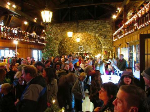 Dentro de Annual Valhalla Holiday Faire