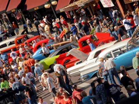 Filas de autos en exhibición en Kool Deadwood Nites