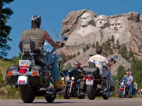 Los presidentes observan desde lo alto a los motociclistas durante el Sturgis Motorcycle Rally
