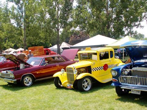 Automóviles clásicos en exhibición en el Cache Valley Cruise-in