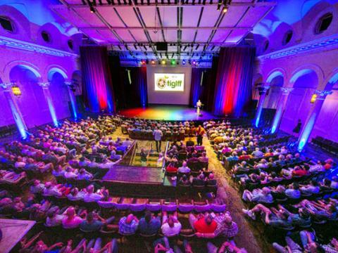 Esperando la película siguiente durante el Tampa International Gay + Lesbian Film Festival
