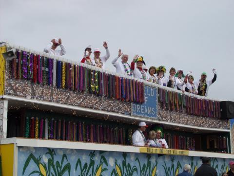 Un carro adornado con temática de béisbol durante el Krewe of Dionysos Mardi Gras Parade
