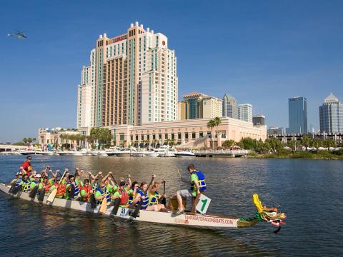 Barcos con forma de dragón compiten en Tampa, Florida