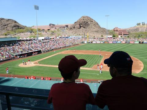 Disfrutando un partido de béisbol por el entrenamiento de primavera en Tempe, Arizona