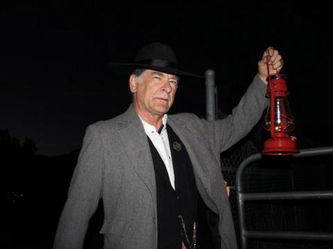 Dirigiendo el recorrido fantasma por Linwood Cemetery en Glenwood Springs