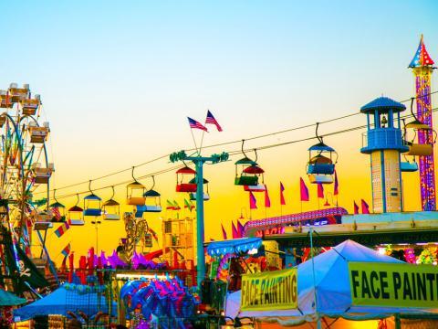 Carretas y puestos en la Florida State Fair en Tampa, Florida