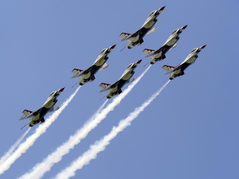 Aviones surcando los cielos en el Duluth Air Show en Minnesota