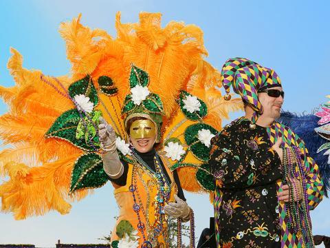 Lanzando collares de cuentas a la multitud durante el Mardi Gras de Lake Charles